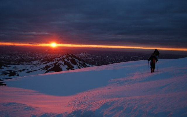 People taking the Midnight Sun hiking tour in Iceland