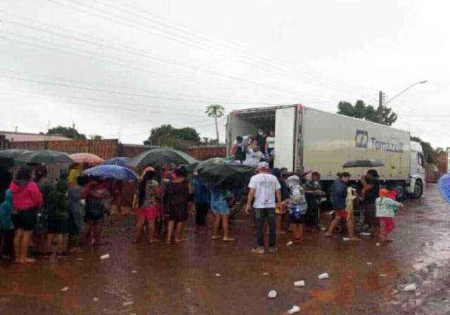 Caminhoneiros entregando os 300 brinquedos que arrecadaram em vaquinha - Foto: reprodução / MidiaMax