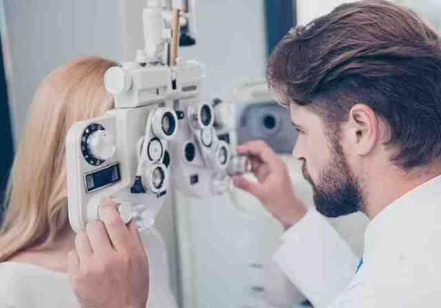 O implante foi projetado para reduzir os níveis de cálcio no olho, e já está sendo testado no primeiro ensaio clínico Foto: reprodução Daily Mail