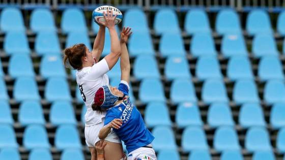 Sarah Hunter wins the line out