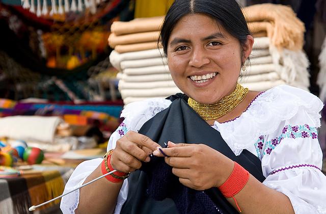 femme marche Otavalo Equateur