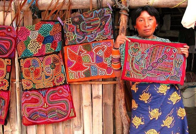 une femme Kuna présente son mola
