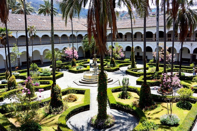 Courtyard of San Francisco Church in Quito Crédit photo à : John Solaro https://www.flickr.com/photos/127323091@N05/