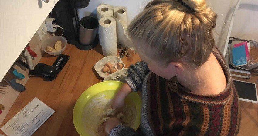 Felia pétrit la pâte jusqu'à l'obtention d'un appareil lisse
