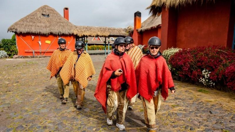 Voyageurs Viventura en tenue Chagra devant l'hacienda El Porvenir.