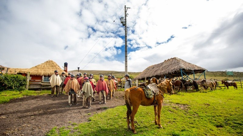 Sur des chevaux Criollo, nous traversons le pays volcanique avec des vêtements chagra typiques.