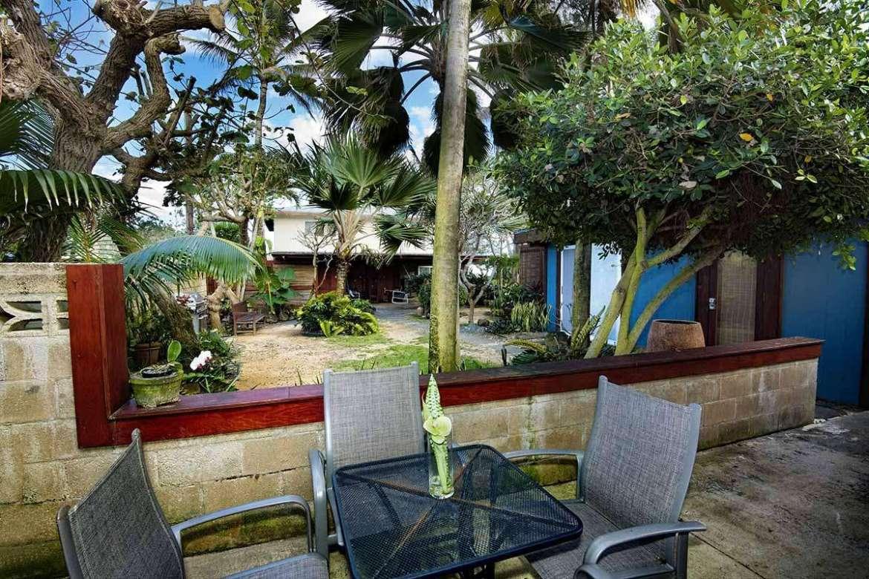 PAPAYA 3: patio leads to beachfront.