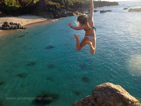 The jump from the rock at Waimea beach park is only 20 minutes from Tiki Moon Villas: fun to watch others jumping or try yourself!