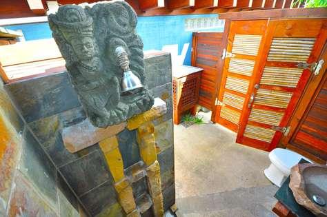 Outdoor bathroom with shower at Tiki Moon Villas