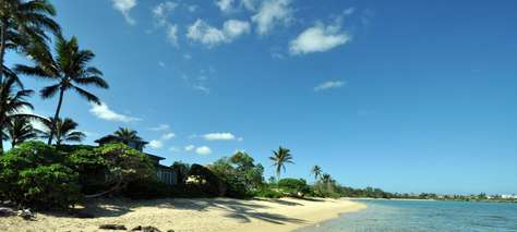Shallow waters in front of Tiki Moon Villas are steps away from your garden view Papaya Hale