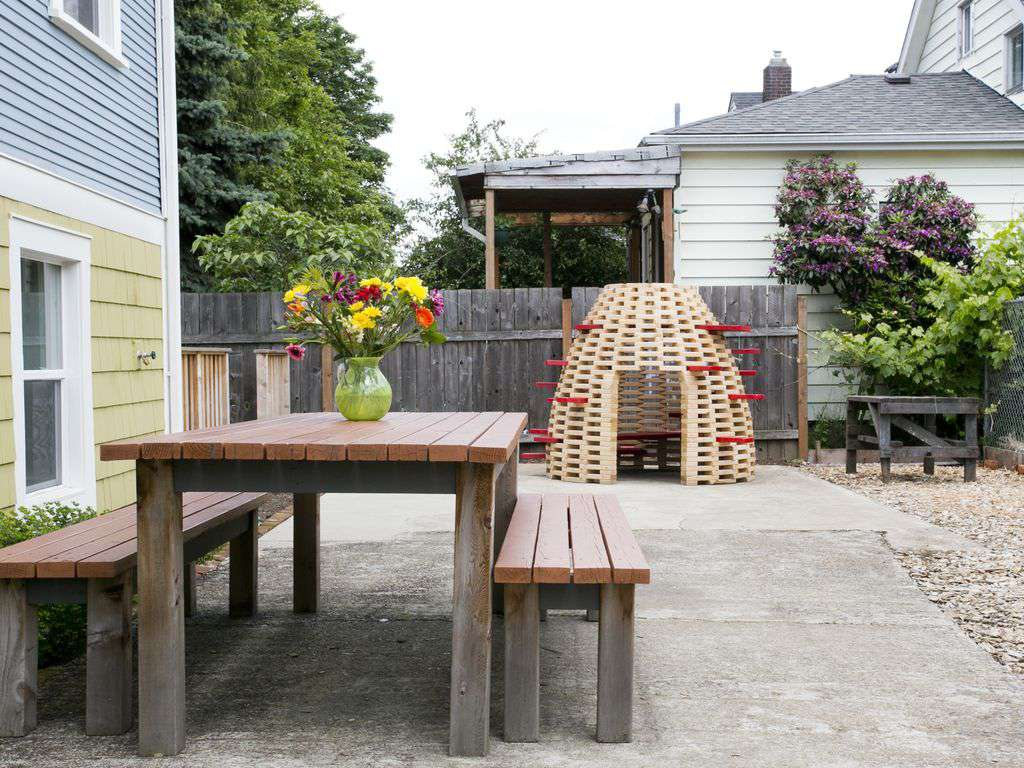 Side yard for playing or enjoying a meal. Look at that adorable kids play hive!