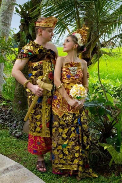 Wedding costumes bride and groom from the island of Bali ...