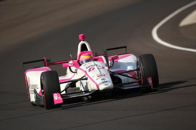 En la práctica previa a las clasificaciones, Mann se convirtió en la primera mujer en superar la barrera de las 230 mph de vuelta en el Speedway (FOTO: Matt Fraver/INDYCAR)