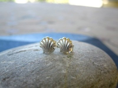 Camino scallop shell stud earrings to wish safekeeping