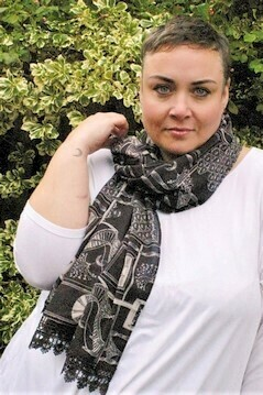 Sariyah - Patterned scarf with lace trim