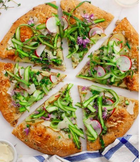 Pizza maison aux asperges & crémeux de chèvre