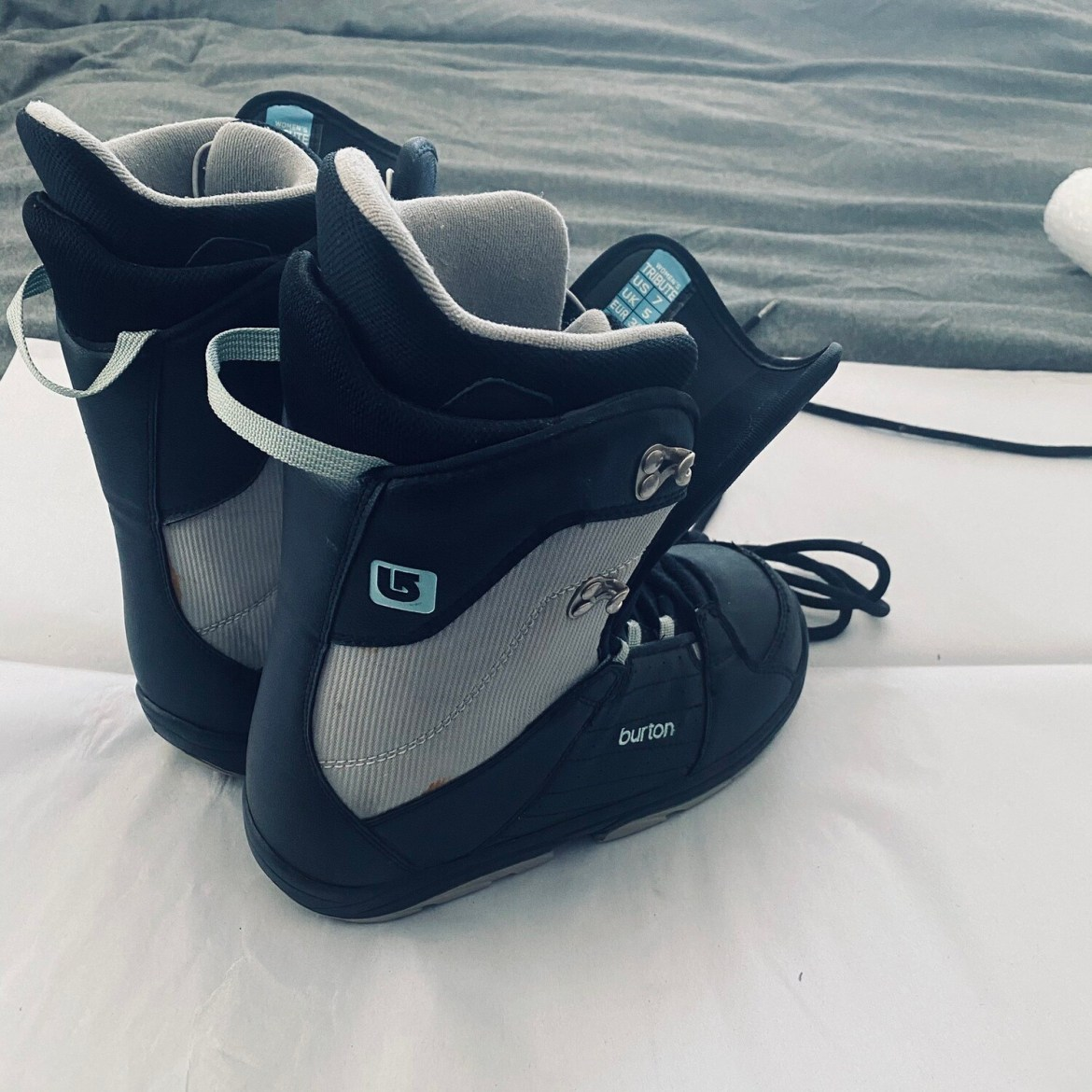BURTON WOMENS SIZE 7 TRIBUTE SNOWBOARD BOOTS BLACK LACED GOOD CONDITION