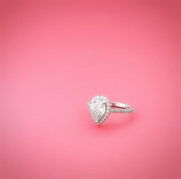Bague montée d'un diamant de forme poire