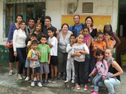 visite aux enfants du quartier de Pablo Escobar Colombie