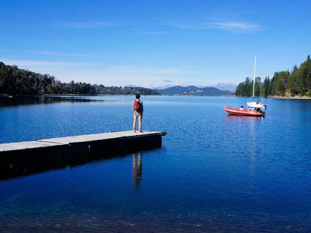 On admire le lac, Bariloche, Argentine