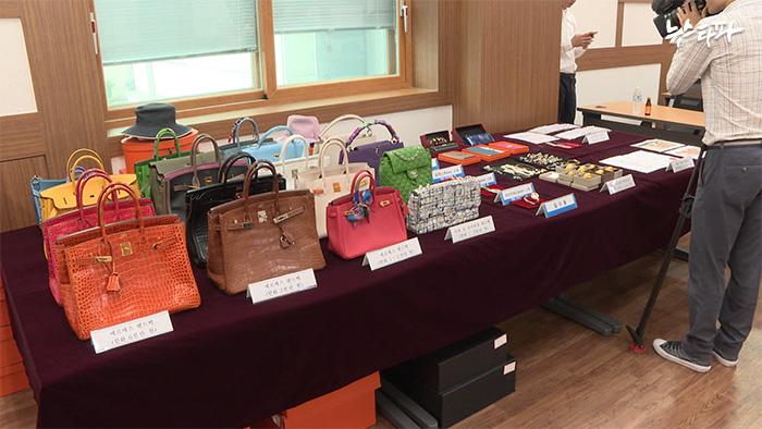 ▲ 서울본부세관이 압수한 고가의 보석류와 명품가방