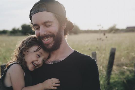 人、父、娘、笑顔、幸せ、抱擁、運ぶ、フィールド、木、ひげ、帽子、子供、女の子