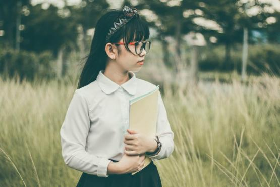 人の女の子だけでは紙のフォルダ学生の研究眼鏡ヘッドバンド時計草の自然屋外木ブラー