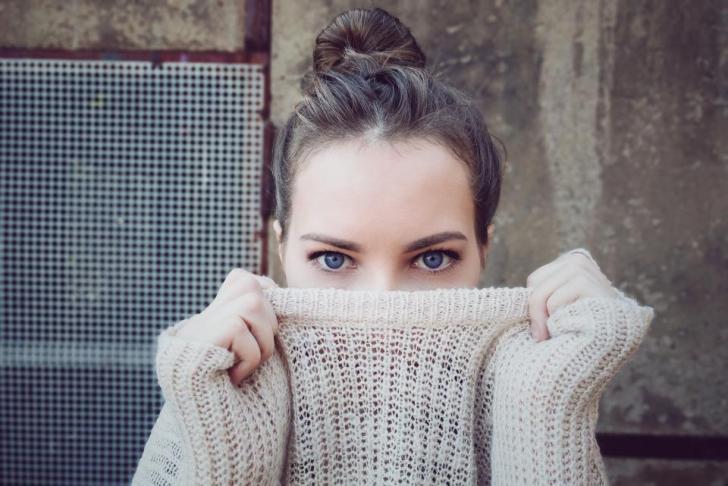 人々の女性の女の子の服の目の顔