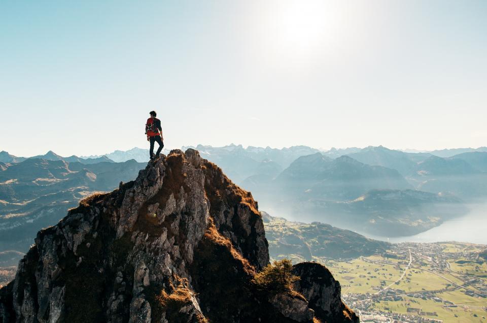 ハイキングトレッキング、冒険、男、人々、屋外で、自然、風景、山、崖、山、眺め、太陽、空、バックパック