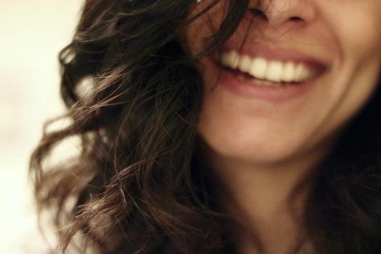 笑顔は幸せな女の子の女性のブルネット長い髪顔を笑って笑って