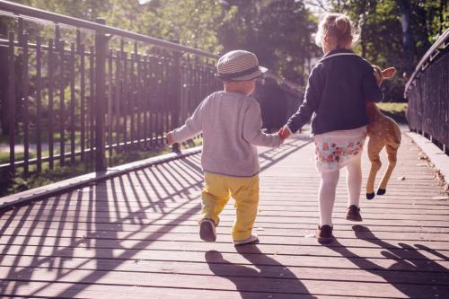 人々の子供子供の少年少年赤ちゃん晴れた日遊びパスブリッジのおもちゃ手をつく