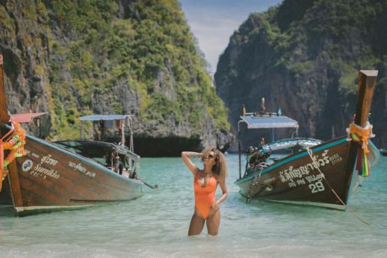 船のセーリング水輸送岩の丘海の水の人々の女性セクシーな夏の休暇旅行のビーチ