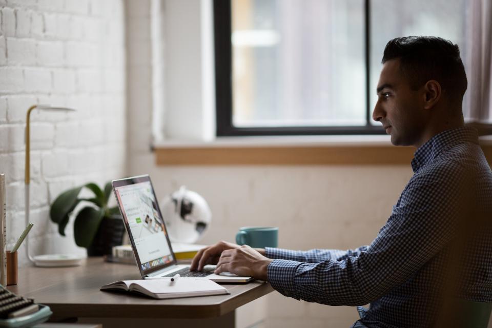 ラップトップコードプログラミングコンピュータの研究研究ノートブックのペンビジネス人の男オフィスの仕事机屋内吹きガラス