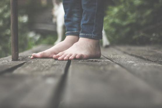 足の床の木のジーンズ