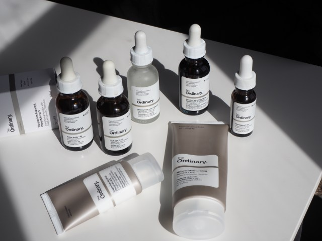 Les régimes ordinaires pour peaux sensibles compte-gouttes et tubes