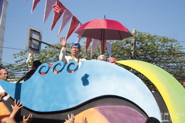 Bandung Mayor Ridwan Kamil throws t-shirts from float