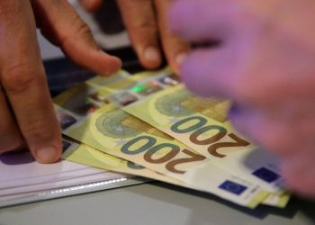 Euro bears lurk as worries about economic outlook grow