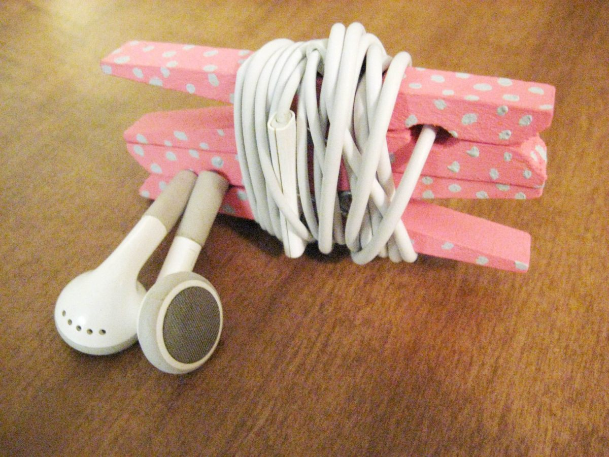 Simple organizer for two wooden clothespins Unconventional DIY Craft Ideas You Can Do With Wood Clothespins