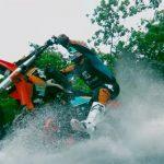 夏本番!バイクでサーフィンしちゃう明らかに地上波NGの猛者の動画は、1年足らずで2300万再生!
