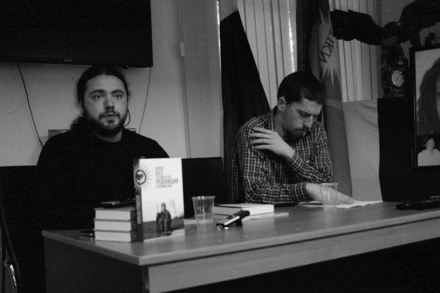 Дмитрий Петров (слева), сотрудник Института Африки РАН и один из составителей сборника, на презентации книги в Москве