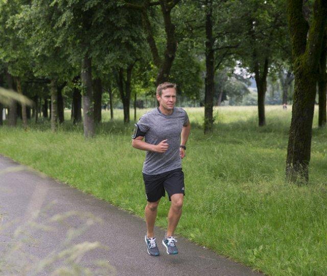 Mann Lauft In Der Natur