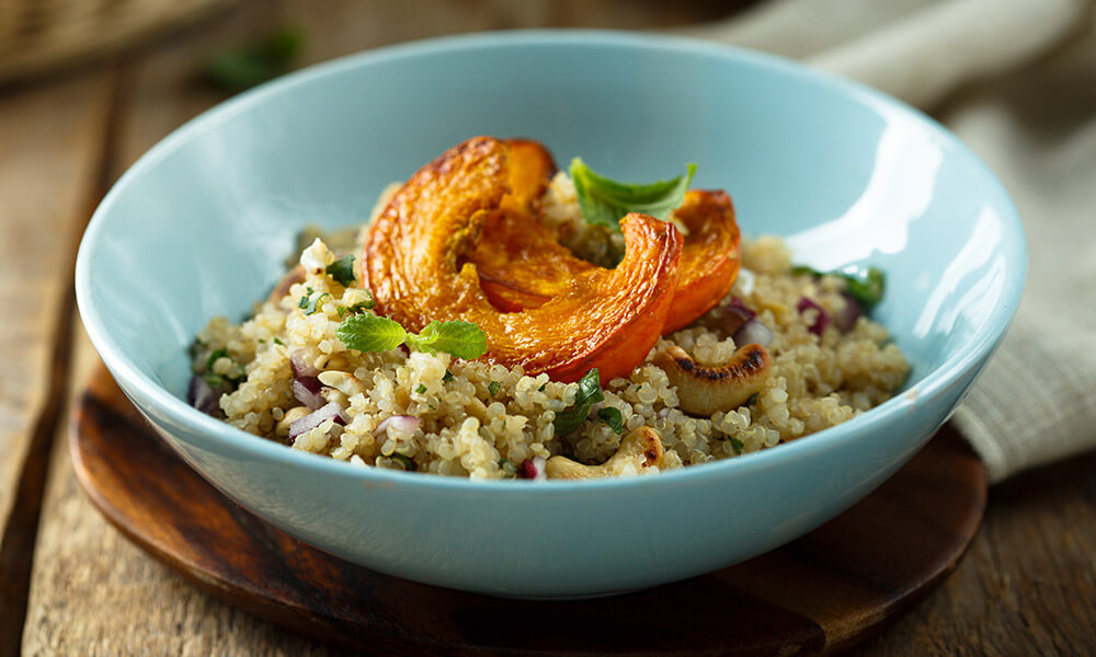 Un bol con ensalda de quinoa y calabaza