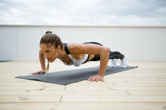 Mujer haciendo 2-2-2 push-ups