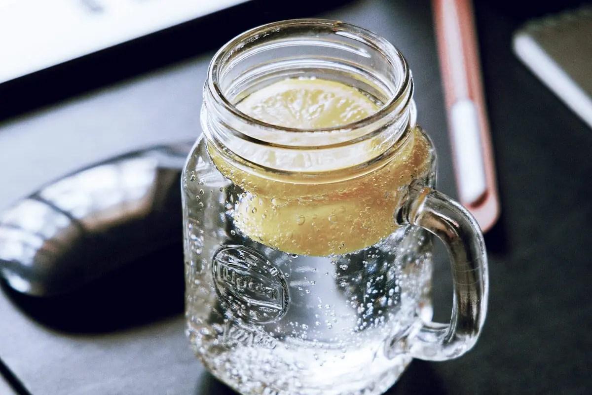 Agua con gas con limón