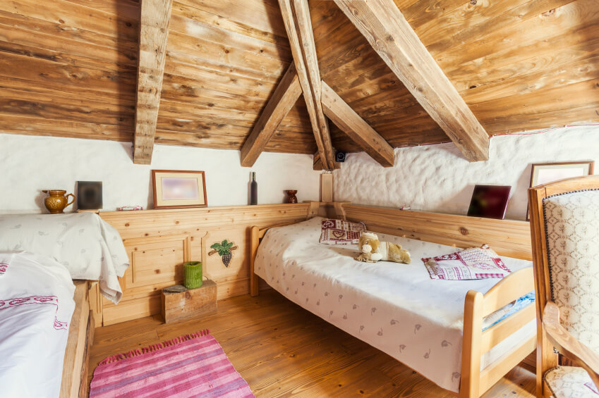 Rustic bedroom in attic for 2 kids