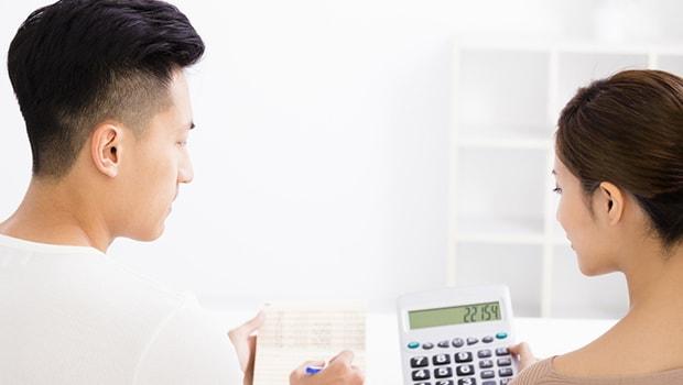 ilustrasi pasangan rumah tangga menghitung anggaran