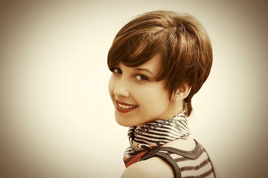 wanita dengan rambut pendek