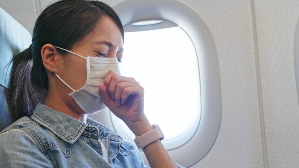 ilustrasi menggunakan masker di pesawat (shutterstock).