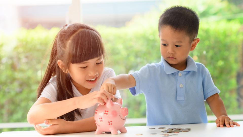 mengajari anak menabung