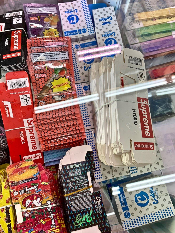 Envases falsos Supreme y Cookies para la venta en el centro de Los Ángeles (David Downs / Leafly)